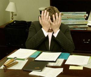 Hombre frustrado en un escritorio